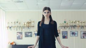 Würdevolles Mädchentrainingsballett wirft im Tanzstudio auf langsam stock video footage