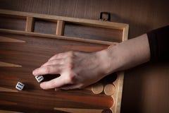 Würfel auf einem Spielbrett im Backgammon Lizenzfreies Stockbild