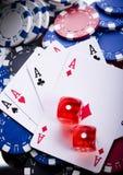 Würfel auf Karten im Kasino Stockbild