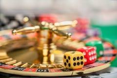 Würfel auf Kasinoglücksspieltabelle lizenzfreies stockbild