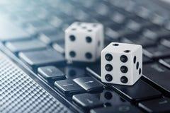 Würfel auf Laptop-Computer Tastatur Ð-¡ oncept des online spielenden und on-line-Kasinos Kreative Idee mit Teufel ` s Knochen und lizenzfreies stockbild