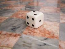 Würfel auf Schach-Vorstand Lizenzfreie Stockbilder