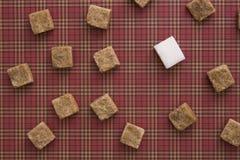 Würfel Browns und des raffinierten Zuckers auf rotem Hintergrund Kopieren Sie Platz Beschneidungspfad eingeschlossen Stockbild
