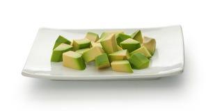 Würfel der Avocado auf der Platte Stockfotografie