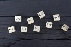 Würfel der mathematischen Formel 1x1 im hölzernen Hintergrund Lizenzfreies Stockfoto