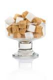Würfel des braunen und raffinierten Zuckers in einem Glasvase Stockbild