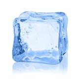Würfel des Eises auf einem weißen Hintergrund Stockbild