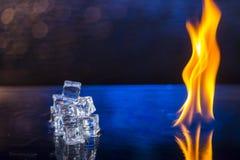 Würfel des Eises und des Feuers auf einem Wasser tauchen auf ein abstraktes backgrou auf Stockbild