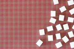 Würfel des raffinierten Zuckers auf rotem Hintergrund Kopieren Sie Platz Beschneidungspfad eingeschlossen Lizenzfreie Stockbilder