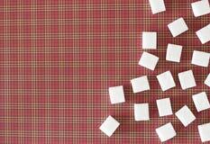 Würfel des raffinierten Zuckers auf rotem quadratischem Hintergrund Kopieren Sie Platz Beschneidungspfad eingeschlossen Lizenzfreie Stockbilder