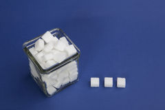 Würfel des raffinierten Zuckers in einer Glasschüssel Lizenzfreies Stockbild