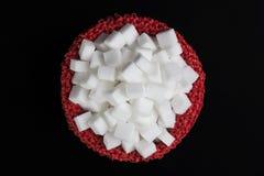 Würfel des raffinierten Zuckers in einer roten Tasche Stockfotos