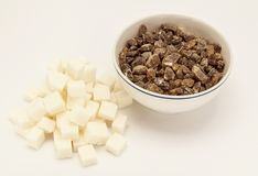 Würfel des raffinierten Zuckers mit braunem Zucker in einer Schüssel Stockbilder