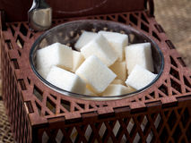 Würfel des Zuckers im braunen hölzernen geschnitzten Zucker lizenzfreie stockfotos