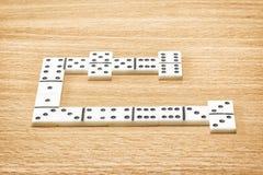 Würfel für das Spielen von Dominos auf einem Holztisch lizenzfreie stockfotografie