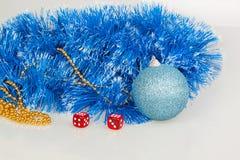 Würfel mit blauem Weihnachtsball Stockfotografie