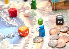 Würfel mit dem Spiel auf dem Tisch Themenorientierte Brettspiele vertikale Ansicht der Brettspielnahaufnahme stockbilder