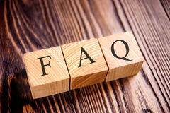 Würfel mit einem Aufschrift FAQ auf den alten Brettern stockfoto