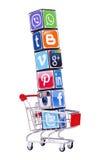 Würfel mit Firmenzeichen des Social Media Stockfotografie