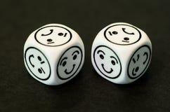 Würfel mit glücklichem Emoticon versieht mit Seiten, gegenüberstellend Stockfotografie