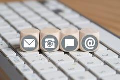 Würfel mit Kontaktwahlen auf Computertastatur Stockbild