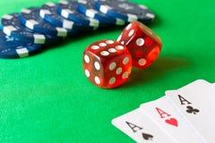 Würfel, Pokerchips und Spielkarten auf der grünen Tabelle Spiel Co Stockbild