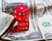 Würfel und alte Dollar Nahaufnahmespiel Stockbild