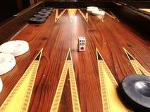 Würfel und Backgammon lizenzfreie stockbilder