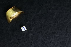 Würfel und chinesisches Gold stockfoto