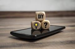 Würfel und Würfel, die DIY zeigen, es sich auf Smartphone zu tun stockfotos