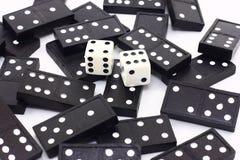Würfel und Dominos Stockfoto