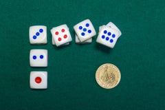Würfel- und Golddollar auf dem grünen Boi Lizenzfreie Stockfotos
