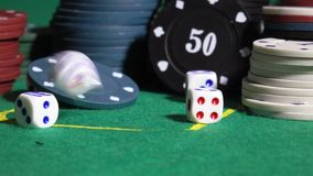 Würfel- und Kasinochips auf Pokertabelle stock footage
