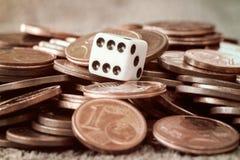 Würfel- und Münzenstapel Lizenzfreie Stockfotografie