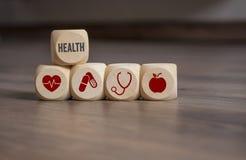 Würfel und Würfel mit medizinischen Symbolen lizenzfreies stockbild