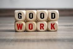 Würfel und Würfel mit Mitteilungen guter Arbeit und gut getan stockbilder