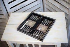 Würfel und Spiel bessert auf einem Backgammonbrett, auf Holztisch aus Lizenzfreie Stockfotografie