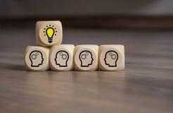 Würfel würfeln mit Inspirationskonzept-Glühlampemetapher für gute Idee und Plan stockbilder