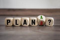 Würfel würfeln mit Plan a und Plan b lizenzfreie stockbilder