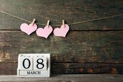 Würfelkalender mit rosa Herzen Lizenzfreies Stockbild