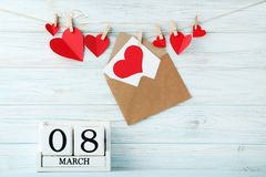 Würfelkalender mit roten Herzen Lizenzfreies Stockbild