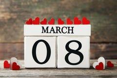 Würfelkalender mit roten Herzen Stockbilder
