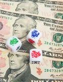 Würfeln mit dem Bargeld: Amerikanischer Dollar. Stockbilder