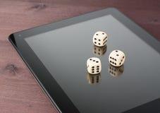 Würfeln Sie auf digitalem Tabletten-PC, Texas-Spiel online Lizenzfreie Stockfotografie