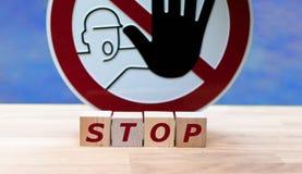 Würfeln Sie die Formung des Wortes 'Halt ' lizenzfreies stockfoto