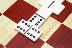 Würfeln Sie für das Spielen der Dominonahaufnahme auf einem Schachbrett stockbild