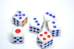 Würfeln Sie mit den roten und blauen Punkten auf einem weißen Hintergrund Lizenzfreie Stockbilder