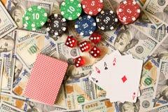 Würfeln Sie, Spielkarten und Pokerchips auf dem Hintergrund der Streuung Lizenzfreies Stockfoto