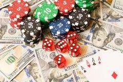 Würfeln Sie, Spielkarten und Pokerchips auf dem Hintergrund der Streuung Lizenzfreie Stockfotografie