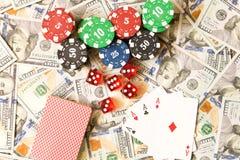 Würfeln Sie, Spielkarten und Pokerchips auf dem Hintergrund der Streuung Lizenzfreie Stockbilder